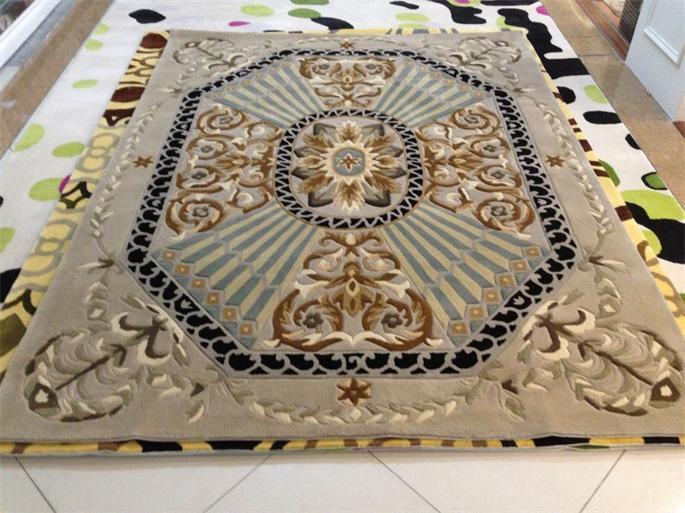 手工地毯图画的立体感是依托色彩过渡和杂乱的织法来构成的,不是依托